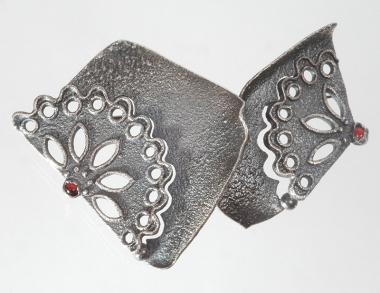 brooches - B 16 - Brooch (inspired by lace on South Bohemian costumes): oxidized silver, Bohemian garnets